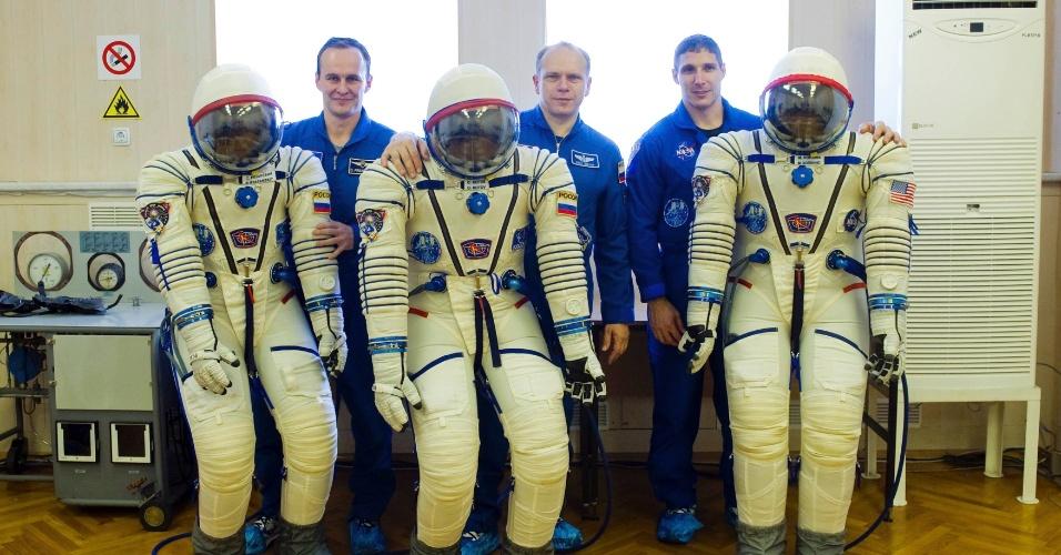 14.set.2013 - Os russos Sergey Ryazanskiy e Oleg Kotov e o norte-americano Michael Hopkins posam para fotógrafos no cosmódromo de Baikonur, no Cazaquistão, neste sábado (14). Os astronautas serão enviados à Estação Espacial Internacional (ISS, na sigla em inglês) no próximo dia 26, para integrar a missão 37 da plataforma