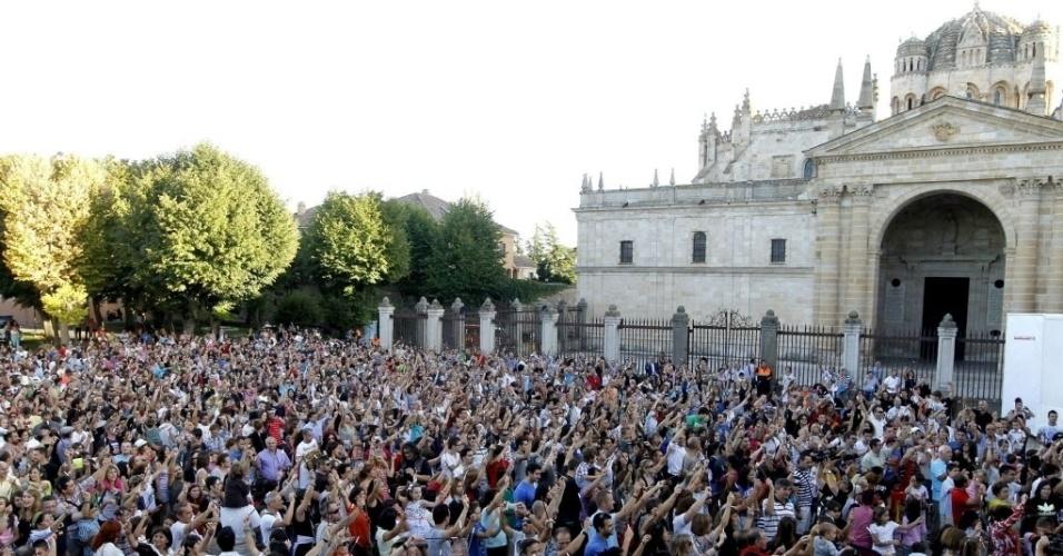 15.set.2013 - Cerca de 2.300 pessoas se reúnem na praça da Catedral de Zamora, na Espanha, para alcançar o novo recorde de maior quantidade de pessoas com varinhas mágicas. O ato ocorreu durante a Jornada Internacional de Magia