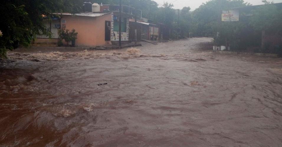 15.set.2013 - O furacão Ingrid provocou inundações e deslizamentos de terra nos arredores do porto Lázaro Cárdenas, Estado de Michoacán (México). A tragédia deixou mortos e desabrigados pelo país