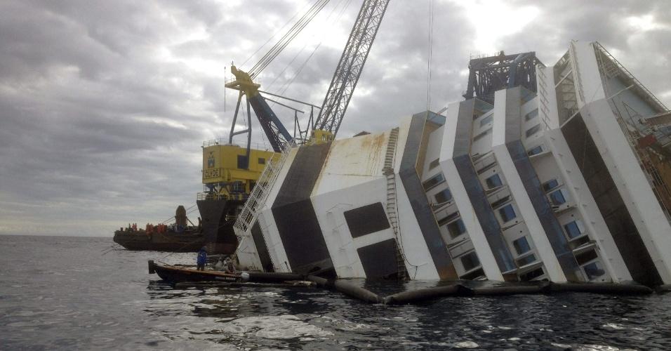 15.set.2013 - Operários preparam a megaoperação que irá endireitar o navio de cruzeiro italiano Costa Concordia, que naufragou em 13 de janeiro de 2012, na ilha de Giglio (Itália), com 4.000 pessoas a bordo