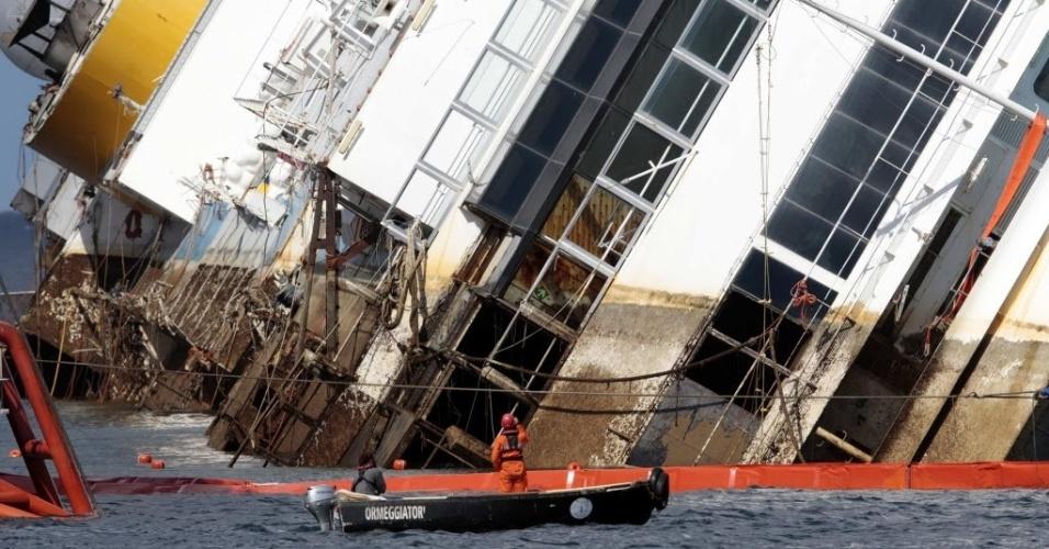 16.set.13 - Grupo trabalha em operação para içar o navio Costa Concordia, que começou aproximadamente às 9h no horário local (4h de Brasília), após três horas de atraso. Ela custou 600 milhões de euros à empresa Costa Cruzeiros, proprietária do navio. A embarcação naufragou em 2012 na ilha de Giglio (Itália), matando 32 pessoas