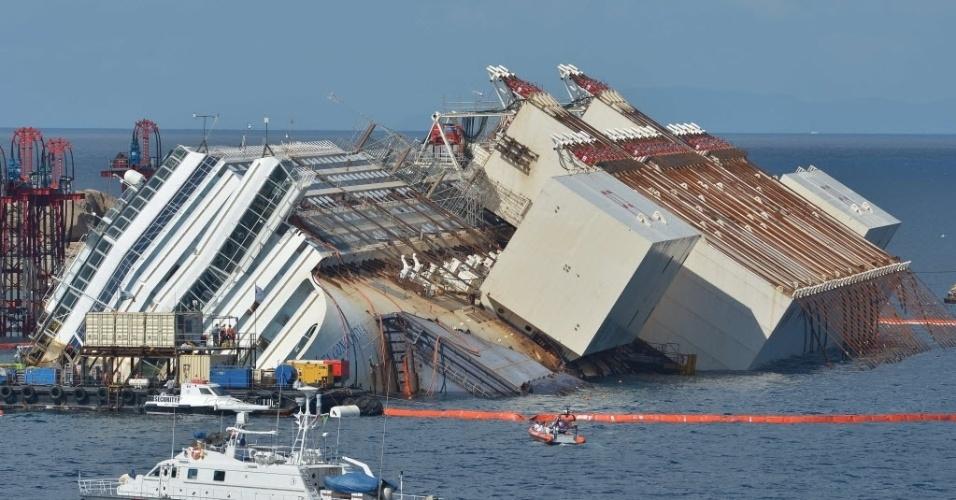 16.set.13 - Sistema de cabos hidráulicos iça o navio Costa Concordia, que se acidentou na costa da Itália em 2012. A operação que acontece nesta segunda-feira (16) é a maior e mais cara do gênero já realizada