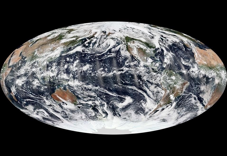 """16.set.2013 - A Nasa (Agência Espacial Norte-Americana) flagrou um momento raro do nosso planeta: o céu sobre os três oceanos estavam calmos. No último dia 8 de setembro, nenhuma atividade de furacão, ciclone ou tempestade foi captada por uma rede de 14 satélites polares da rede Suomi, mesmo sendo a época do auge da temporada de furacões no hemisfério Norte. Para Bill Patzert,do Laboratório de Propulsão a Jato, o JPL da Nasa, esse 'atraso' não significa que a sessão de furacões será mais fraca neste ano. """"A temporada 2013 foi anunciada como um estouro, mas até meados de setembro tem se mostrado um fracasso. Mas fique atento: furacões podem ficar ativos mais tarde também. Lembrem-se que a supertempestade Sandy apareceu no fim de outubro no ano passado"""""""