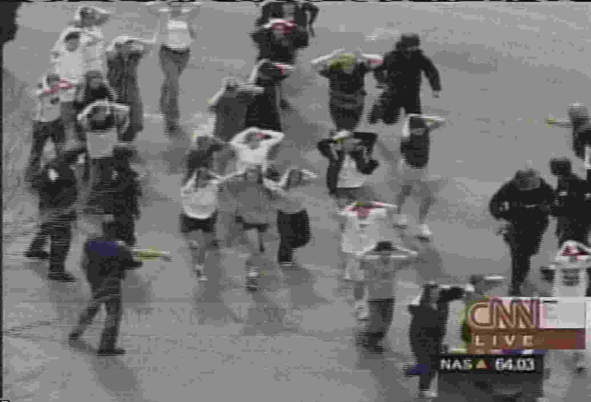 16.set.2013 - Abril de 1999: Dois estudantes do Ensino Médio atiraram contra colegas na escola de Columbine, em Littleton, no Estado do Colorado. Doze estudantes e um professor morrem. Os dois jovens assassinos cometem suicídio - Kusa Via CNN/AFP