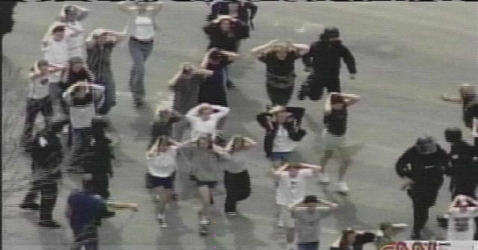 16.set.2013 - Abril de 1999: Dois estudantes do Ensino Médio atiraram contra colegas na escola de Columbine, em Littleton, no Estado do Colorado. Doze estudantes e um professor morrem. Os dois jovens assassinos cometem suicídio