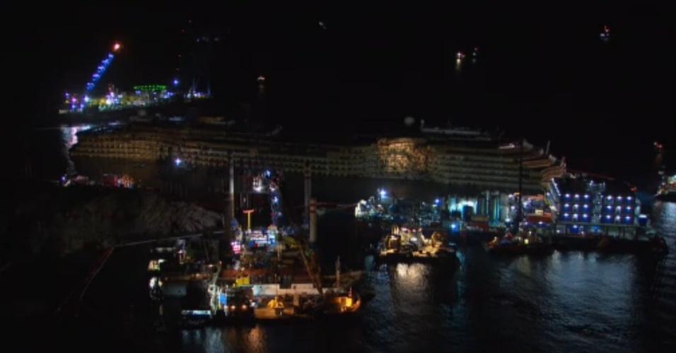16.set.2013 - Após cerca de 19 horas do início da operação de resgate do Costa Concordia--cruzeiro que há 21 meses sofreu um acidente no litoral da ilha de Giglio (centro da Itália)--, o navio atingiu novamente a posição vertical