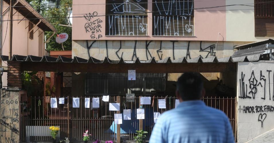 16.set.2013 - Casa onde uma mulher de 53 anos matou as duas filhas e tentou suicidio, no bairro do Butantã, zona oeste de São Paulo (SP), amanhece pichada e com cartazes e flores espalhados pelo portão, nesta segunda-feira (16). As adolescentes de 13 e 15 foram encontradas mortas por esganadura na casa da família, no sábado (14). O cachorro da família também estava morto, asfixiado por uma sacola plástica