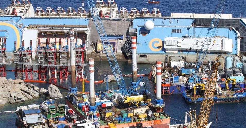 16.set.2013 - Equipe de engenheiros e técnicos iniciaram nesta segunda-feira (16) uma megaoperação para desvirar o cruzeiro Costa Concórdia, que está encalhado na ilha de Giglio, na Itália, há 21 meses, quando sofreu um acidente que matou 32 pessoas