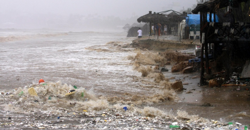 16.set.2013 - Praia de Acapulco cheia de detritos nesta segunda-feira (16), após a passagem do Furacão Ingrid e tempestade tropical Manuel. Subiu para 21 o número de pessoas mortas por conta das mudanças climáticas. Milhares foram retirados de suas casas, informaram as autoridades locais no domingo (16), acrescentando que ambos os fenômenos castigavam o território na costa leste e oeste