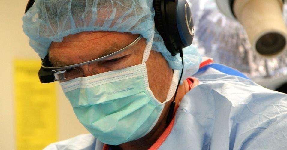 O cirurgião norte-americano Christopher Kaeding usou o Google Glass para transmitir ao vivo um procedimento cirúrgico no joelho de um paciente de 47 anos a colegas e estudantes da Universidade Estadual de Ohio. ''Honestamente, uma vez que a cirurgia começou, eu esqueci que o dispositivo estava ali. Ele parecia muito intuitivo e se encaixou perfeitamente'', disse Kaeding. A universidade espera que no futuro o Glass possar ser comando por voz para pedidos de imagens de raio-x e tomografias, relatórios de doenças e outros materiais de referência