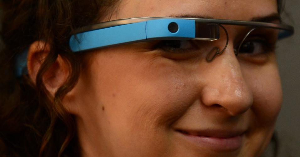 Quando foi lançado em meados de 2012, o Google Glass -- óculos futuristas dotados de câmera e conexão à internet -- despertou fascínio e desprezo ao mesmo tempo. Defensores diziam que ele poderia ter ''mil e uma utilidades'', enquanto seus críticos acharam que o gadget de visual excêntrico tinha muitas limitações. Agora, mais de um ano depois, o Google Glass mostra a que veio: já ajudou a transmitir uma cirurgia, fez coberturas jornalísticas, desfilou na passarela e até gravou filme pornô. Veja a seguir