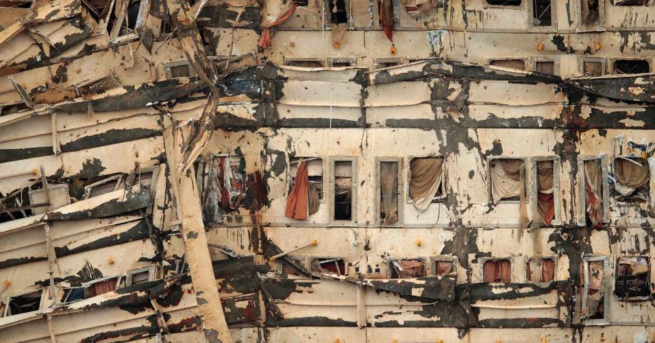 17.set.2013 - Detalhe do lado direito do navio Costa Concordia, que voltou à posição vertical nesta terça-feira (17), após operação de 19 horas. A embarcação naufragou em janeiro de 2012 na costa da ilha de Giglio (Itália), matando 32 pessoas