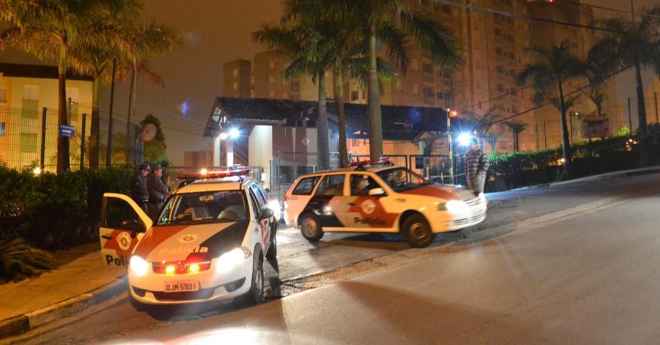17.set.2013 - Carros da polícia ficam estacionados fora do condomínio onde uma família foi encontrada morta em Ferraz de Vasconcelos (45 km de São Paulo), na madrugada desta terça-feira (17). Segundo a polícia, os membros da família - três crianças, uma adolescente e a mãe - foram encontradas pelo namorado da mãe. A perícia suspeita que a causa da morte seja envenenamento