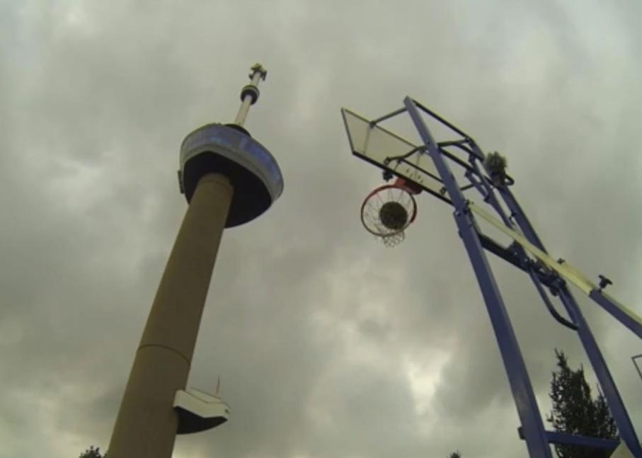 17.set.2013 - Kyle Nebel conseguiu fazer uma cesta a 98 metros de altura. Do Euromast, maior edificação de Roterdã, na Holanda, ele precisou de 62 tentativas para ter êxito na tarefa e, por isso, entrará na próxima edição do Guinness Book. Nebel faz parte do grupo How Ridiculous, que levanta fundos para organizações sociais nas Filipinas por meio de vídeos acrobáticos de basquete