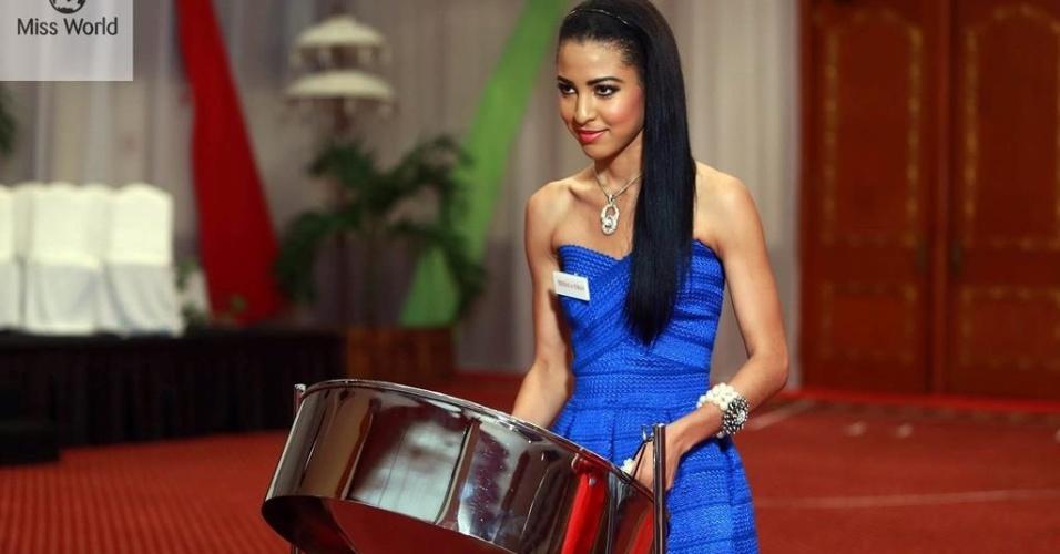 17.set.2013 - Miss Trinidad e Tobago vai tocar um tambor de aço durante prova de talento do Miss Mundo 2013, na Indonésia