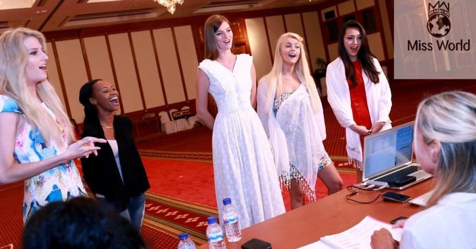 17.set.2013 - Misses cantam durante seleção para a prova de talentos do Miss Mundo 2013