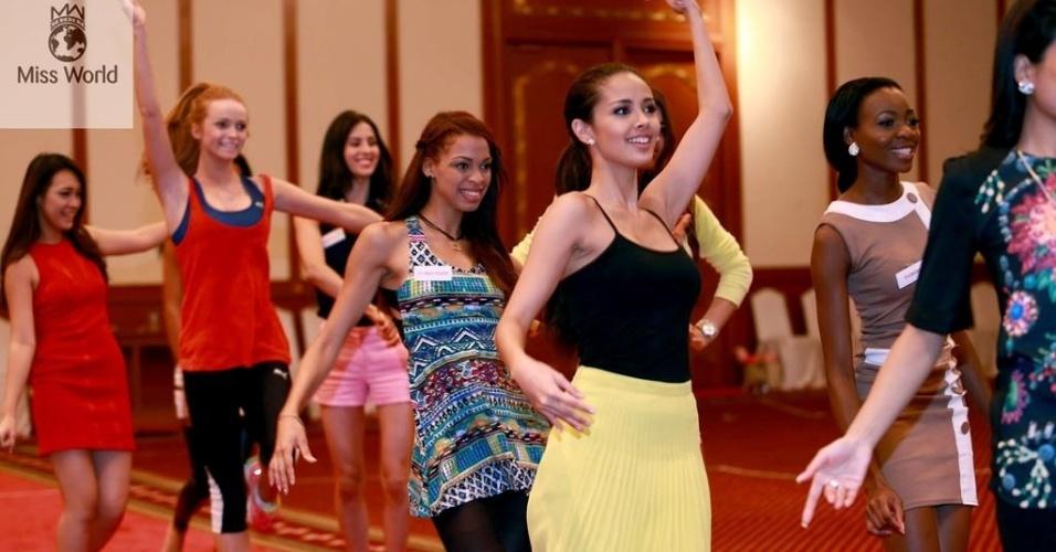 17.set.2013 - Misses ensaiam coreografia para fazer bonito no Miss Mundo