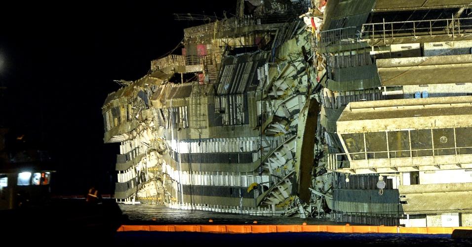 17.set.2013 - Navio Costa Concordia é reerguido na costa da ilha de Giglio, no leste da Itália, por volta das 2h (horário local) desta terça-feira. O trabalho de resgate do navio naufragado em janeiro de 2012 é o mais caro da história, e utiliza cabos e macacos hidráulicos para retornar o navio à posição. 32 pessoas morreram no acidente