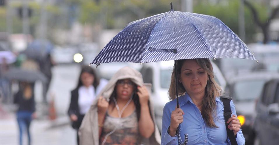 17.set.2013 - Os mais precavidos lançaram mão do guarda-chuva para ir ao trabalho, enquanto outros improvisaram com casacos e papéis uma proteção contra a chuva que atingiu São Paulo (SP) nesta terça-feira (17)