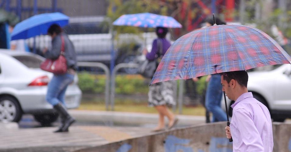 17.set.2013 - Pedestres caminham sob chuva no cruzamento da avenida Brigadeiro Faria Lima e a avenida Rebouças, na zona oeste de São Paulo, nesta terça-feira (17). As temperaturas caem pouco na terça-feira, podendo variar entre os 17ºC e os 26ºC