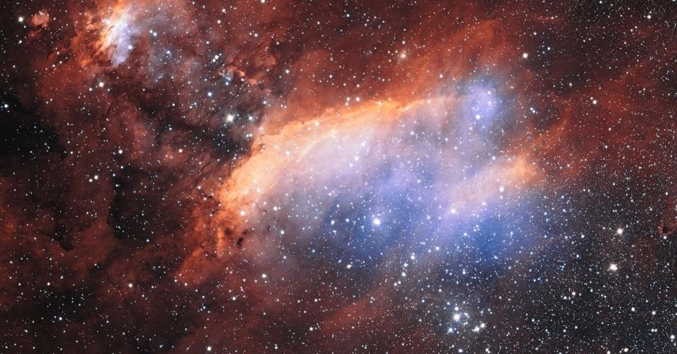 18.set.2013 - Este brilhante amontoado de estrelas forma a enorme maternidade estelar chamada Nebulosa do Camarão, localizada na constelação do Escorpião, a cerca de 6000 anos-luz de distância da Terra. Também conhecida como IC 4628, a nebulosa tem cerca de 250 anos-luz de dimensão, sendo capaz de cobrir de gás e nódulos de poeira escura uma área no céu equivalente a quatro vezes a Lua cheia. As jovens estrelas aparecem como pontos azuis muito claros, mostra registro em luz visível obtido com o telescópio VLT, do Observatório do Paranal, no Chile (acima), mas elas também emitem bastante radiação ultravioleta. É essa radiação, aliás, que faz com que as nuvens de gás brilhem intensamente: e, no caso da Nebulosa do Camarão, ela fica avermelhada por causa da alta concentração do hidrogênio, explica o Observatório Europeu do Sul