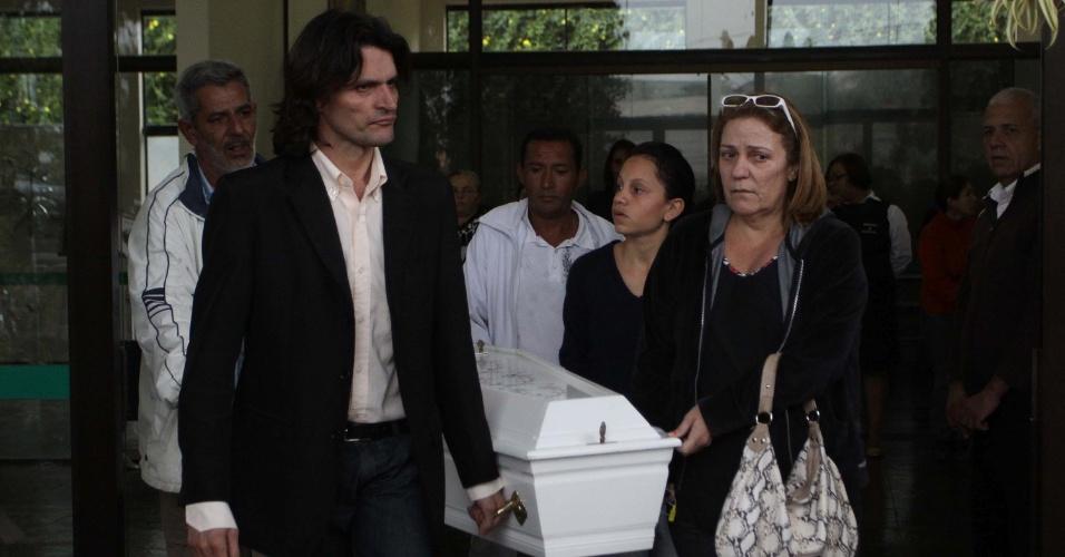 18.set.2013 - Familiares comparecem ao enterro da enfermeira Dina Viera da Silva, 42, e dos seus quatro filhos, no cemitério Memorial Bosque da Paz, em Vargem Paulista, São Paulo, nesta quarta-feira (18). A família foi encontrada morta na madrugada dessa terça-feira (17), em Ferraz de Vasconcelos