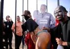 Manifestante com máscara do ministro Joaquim Barbosa protesta junto a mulher de biquíni em frente ao STF - Pedro França/Futura Press