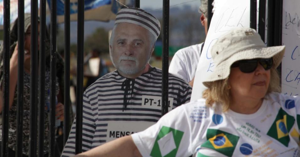 18.set.2013 -  Manifestantes colocam boneco do deputado federal José Genoino (PT-SP), condenado no julgamento do mensalão, atrás das grades, durante protesto em frente ao STF (Supremo Tribunal Federal)