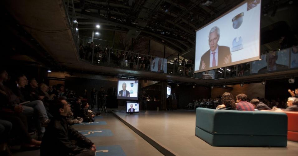 18.set.2013 - O fundador do portal Wikileaks, Julian Assange, participa de uma videoconferência nesta quarta-feira (18) do seminário