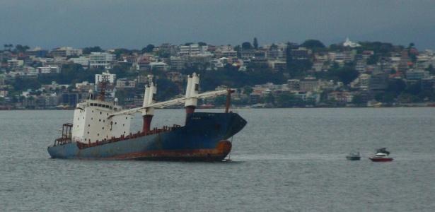 Vista do navio abandonado na baía de Guanabara, no Rio de Janeiro (RJ), que pode afundar e despejar 400 toneladas de óleo contaminado - Ale Silva/AE