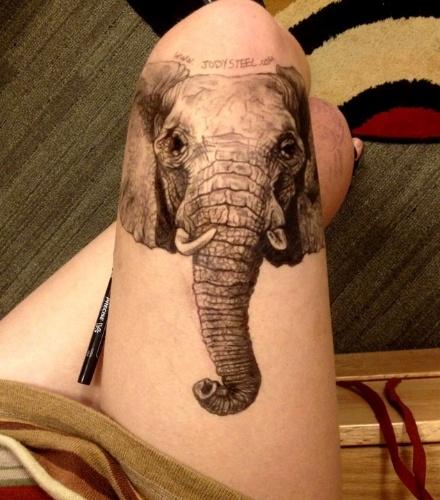 A estudante Jody Steel, 19, faz desenhos realistas nas próprias pernas durante as aulas em uma faculdade de Boston