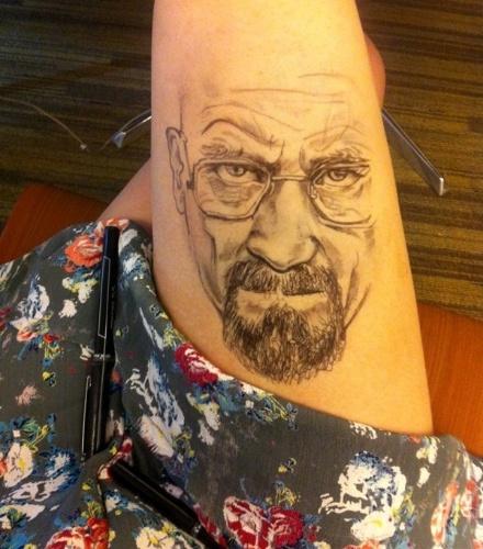 A estudante Jody Steel, 19, faz desenhos realistas nas próprias pernas durante as aulas. O primeiro desenho feito por ela dessa maneira foi o personagem Walter White, da série americana Breaking Bad