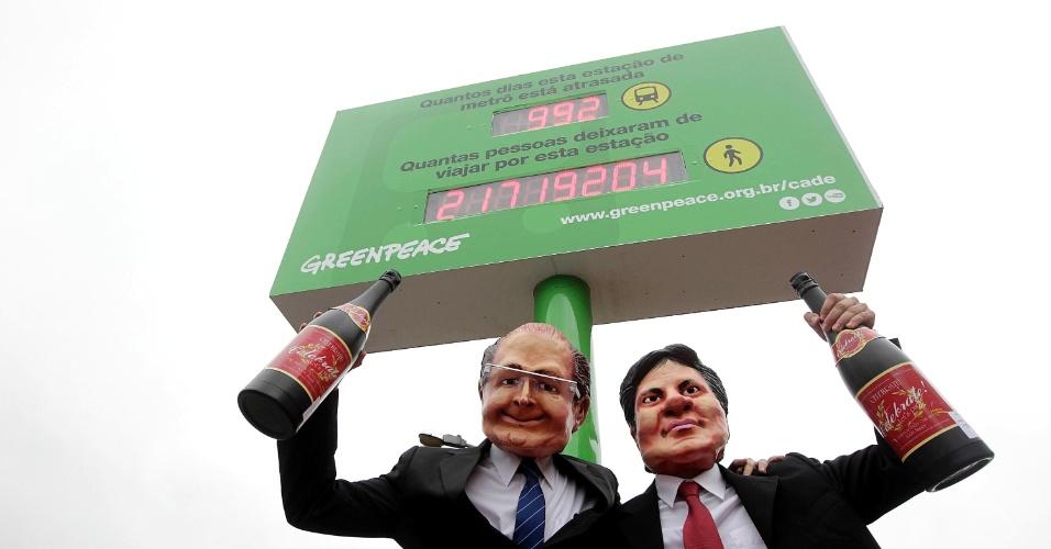 19.set.2013 - Ativistas da organização ambiental Greenpeace usam máscaras do governador de São Paulo, Geraldo Alckmin (PSDB), e do prefeito, Fernando Haddad (PT), durante inauguração do