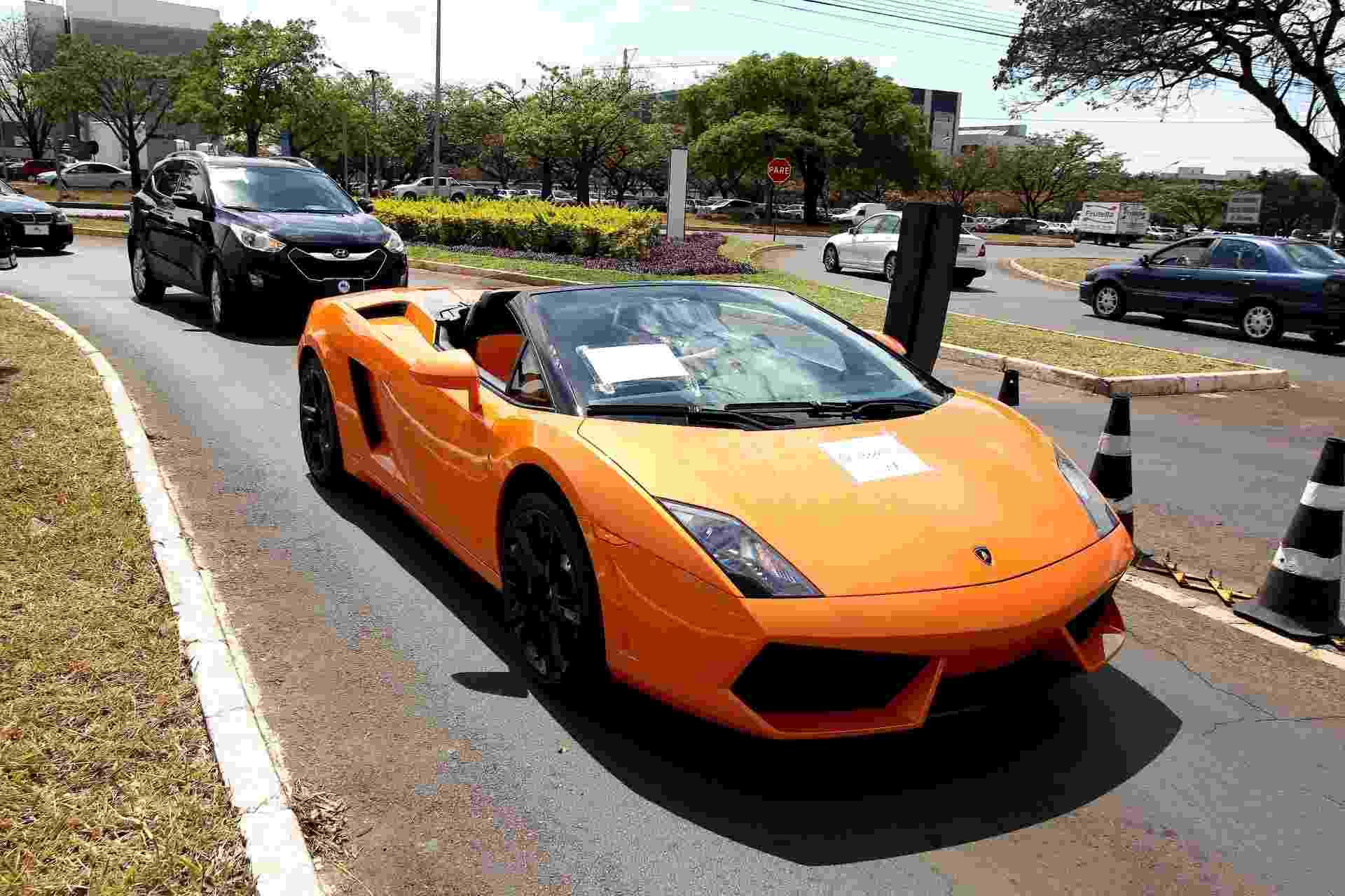 19.set.2013 - Lamborghini Gallardo Spyder, avaliado em R$ 1,6 milhão, chega à superintendência da Polícia Federal, nesta quinta-feira (19), após apreensão da Operação Miqueias. Outros 14 veículos também foram recolhido pela PF - Pedro Ladeira/Folhapress