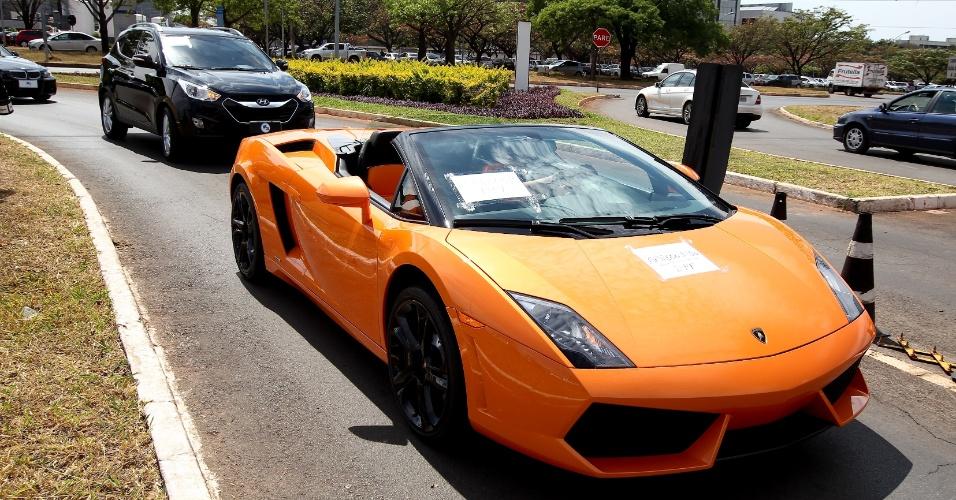 19.set.2013 - Lamborghini Gallardo Spyder, avaliado em R$ 1,6 milhão, chega à superintendência da Polícia Federal, nesta quinta-feira (19), após apreensão da Operação Miqueias. Outros 14 veículos também foram recolhido pela PF