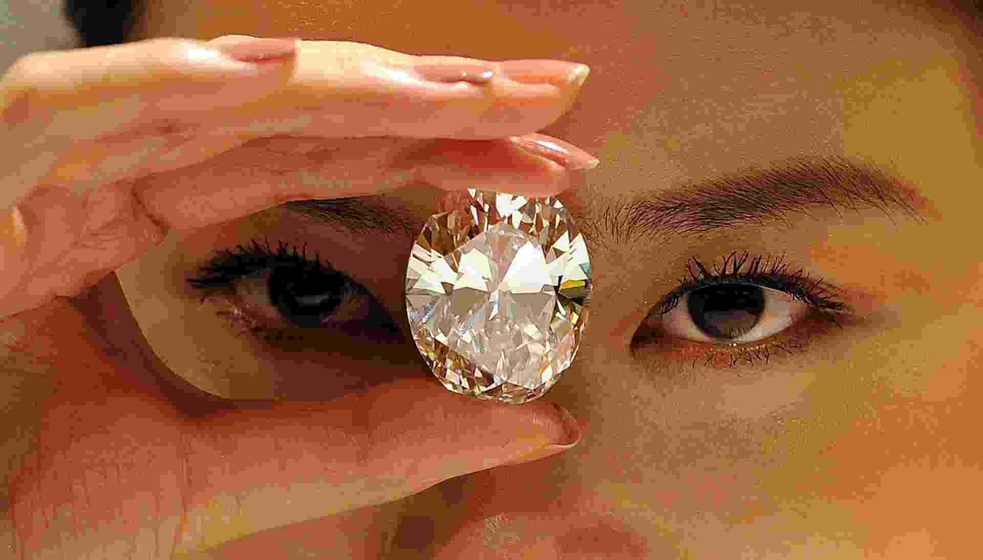 19.set.2013 - Modelo exibe diamante oval de 118,28 quilates em Hong Kong, na China. A joia será leiloada em 7 de outubro e seu valor estimado é entre US$ 28 milhões (R$ 61,20 milhões) e US$ 35 milhões (R$ 76,50 milhões) - Bobby Yip/Reuters