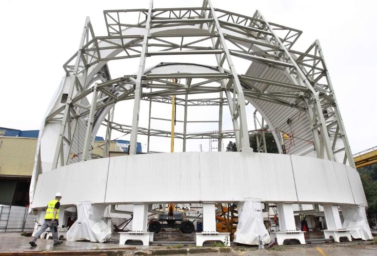 """19.set.2013 - O maior telescópio solar do mundo recebeu sua estrutura de proteção, que foi fabricada na Espanha, ao custo de cerca de R$ 10,5 milhões (3,5 milhões de euros). O  """"Advanced Technology Solar Telescope"""" fica em um parque natural a 3.000 metros de altitude no Havaí, mas só será inaugurado dentro de um ano e meio"""