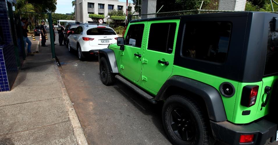 19.set.2013 - Os 15 carros apreendidos na opreação Miqueias, da Polícia Federal, formam fila para entrar no prédio da superintendência dos federais. Além dos veículos, um iate avaliado em US$ 2,6 milhões também foi recolhido pelos policiais
