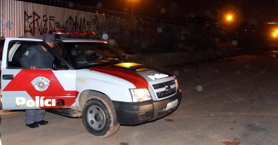 19.set.2013 - Polícia investiga local onde seis homens morreram em uma chacina, no Jardim Vitápolis, em Itapevi (Grande São Paulo), por volta das 22h de quarta-feira (18)