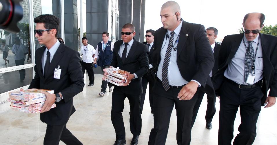 19.set.2013 - Seguranças do STF (Supremo Tribunal Federal) recolhem pizzas que foram entregues ao ministro Ricardo Lewandowski, um dia após a Corte decidir pela aceitação dos embargos infringentes no julgamento do mensalão