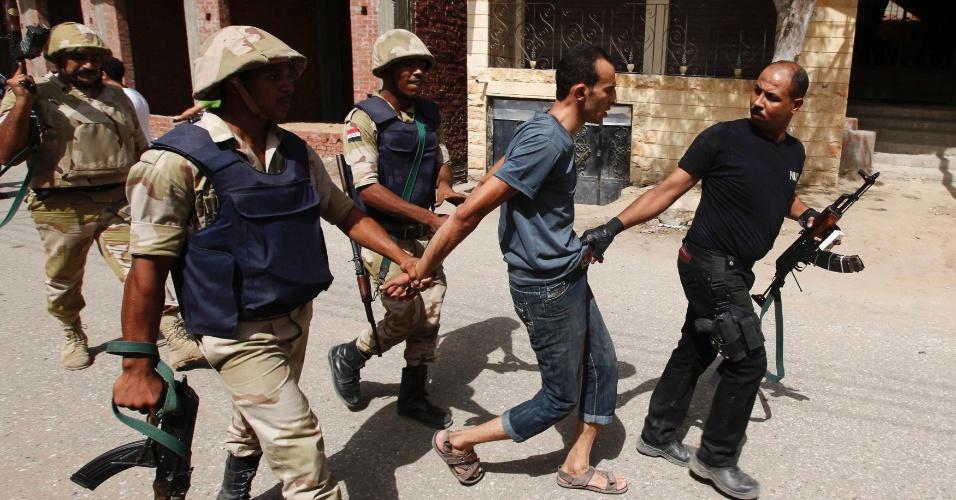 19.set.2013 - Soldados do exército do Egito prendem um suspeito em Kerdasah, uma cidade a 14 km do Cairo, nesta quinta-feira (19), quando as forças de segurança egípcias entraram em confronto com homens armados nos arredores da capital. O governo tenta controlar uma área dominada por islâmicos