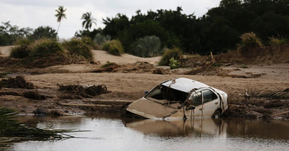 19.set.2013 -Carro fica parcialmente submerso em campo de golfe alagado em hotel de Acapulco, México. Autoridades tentam retirar as pessoas que permanecem isoladas na região por conta dos alagamentos