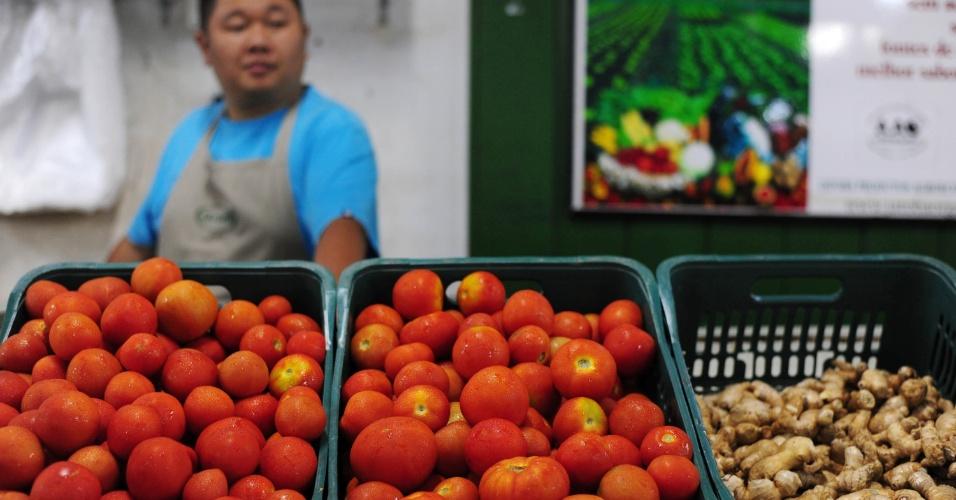 """De acordo com Marcio Stanziani, secretário-executivo da AAO, o tomate orgânico chegou a ficar mais barato que o comum quando o país se deparou com o alimento bastante acima do preço. """"Mantivemos o valor normal dele, que gira aqui na feira entre R$ 6 e R$ 7 o quilo"""", disse"""