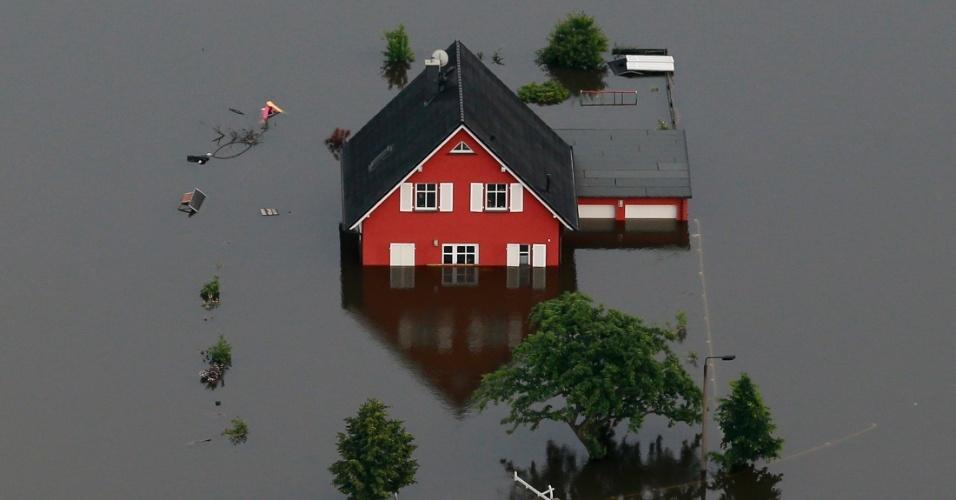 20.set.2013 - A seguradora Swiss Re avaliou os riscos ligados a cinco tipos de desastres naturais e constatou que as inundações dos rios e os terremotos são os desastres naturais mais perigosos para as pessoas que vivem em grandes centros urbanos, superando, inclusive, tsunamis e supertempestades. Segundo estudo da seguradora suíça, 308 milhões de pessoas podem ser afetadas por grandes inundações e mais 280 milhões podem ser atingidas por terremotos severos