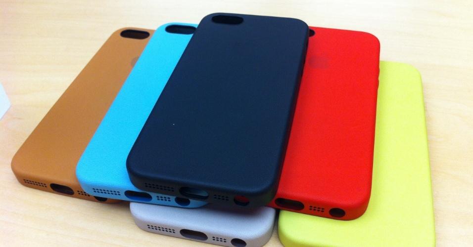 20.set.2013 - Além de ser vendido em três cores (preta, prata e dourada), o iPhone 5s terá capas colorida