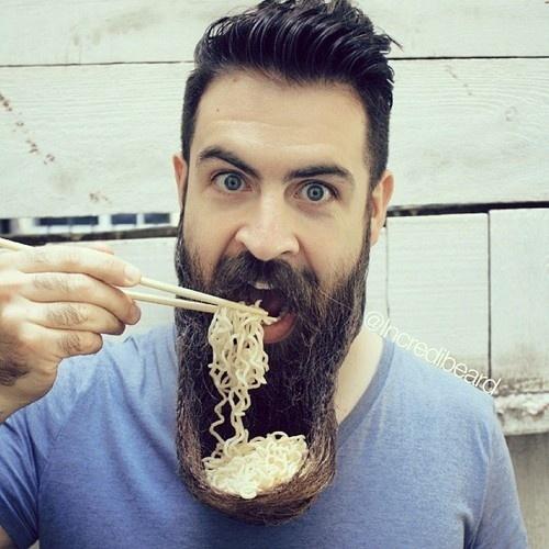 20.set.2013 - Homem usa barba como tigela para macarrão