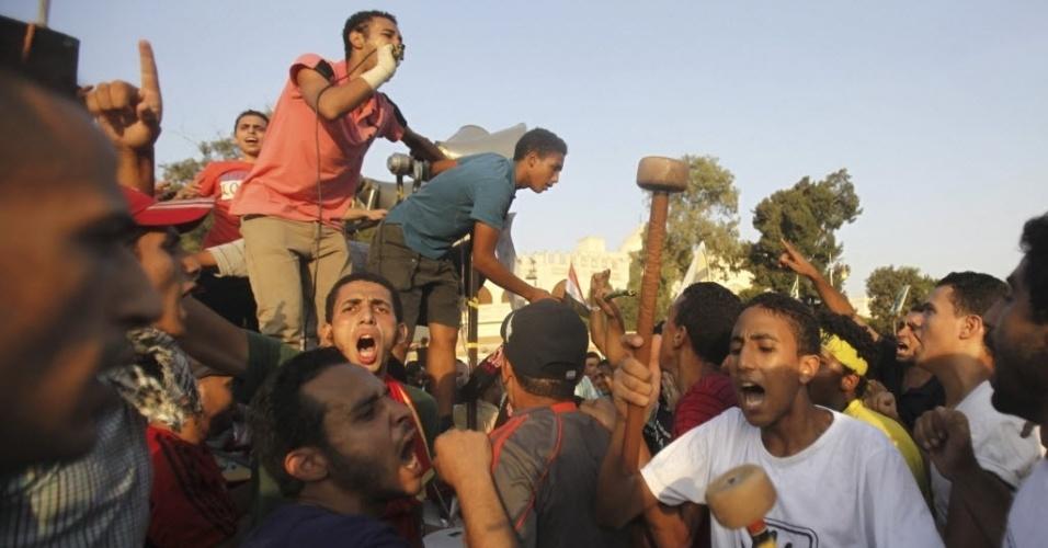 20.set.2013 - Membros da Irmandade Muçulmana e apoiadores do presidente egípcio deposto Mohammed Mursi gritam palavras de ordem contra os Ministérios Militar e do Interior, em frente ao palácio presidencial El-Thadiya, no Cairo, nesta sexta-feira (20). Forças de segurança do Egito estava à procura de defensores armados de Mursi e da Irmanda Muçulmana, nesta sexta, após retomar o controle de uma cidade próxima ao Cario, em uma operação contra os islamitas