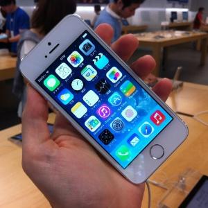 Com as exatas dimensões de seu antecessor, o iPhone 5s se diferencia visualmente pelas cores - saem as opções preto e branco, entram chumbo, prata (foto) e dourado - Juliana Carpanez/UOL