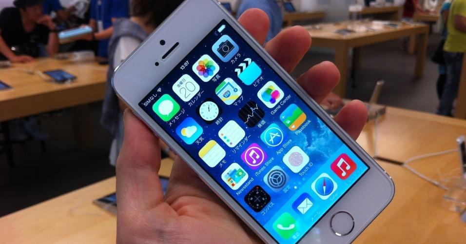 20.set.2013 - O fuso horário fez do Japão um dos primeiros países a começar a vender a nova geração de iPhones. Milhares de consumidores japoneses enfrentaram filas para esperar os iPhones 5s (foto) e 5c, que em um rápido teste do UOL Tecnologia confirmam as expectativas: eles trazem atualizações interessantes, mas ficam devendo as tão esperadas inovações que consagraram a Apple