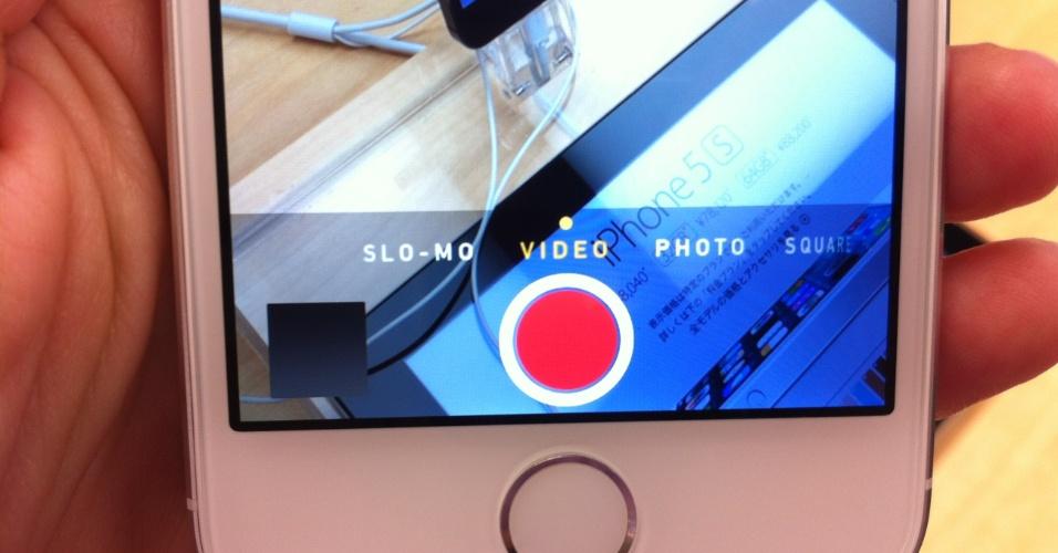 20.set.2013 - Os dois novos iPhones compartilham as ferramentas de câmera oferecidas pelo iOS 7. Dá, por exemplo, para usar um dos nove filtros disponíveis antes de tirar a foto. Outra alternativa é fazer o registro no modo